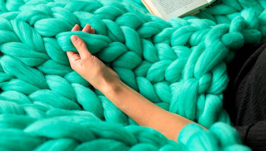Mime o sofá com mantas e almofadas